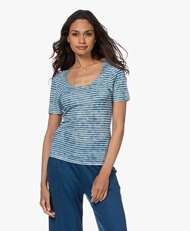 Majestic Filatures Gestreept Viscose en Linnen U-hals T-shirt - Azur