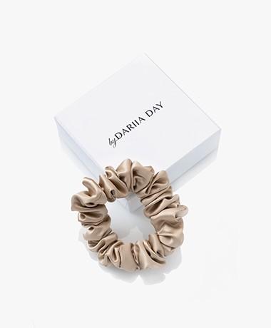 By Dariia Day Mulberry Zijden Scrunchie Small - French Beige