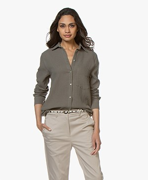 Woman by Earn Froukje Mousseline Blouse - Vergrijsd Groen
