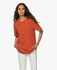extreme cashmere N°64 Lang Gebreid Cashmere T-shirt - Donkeroranje