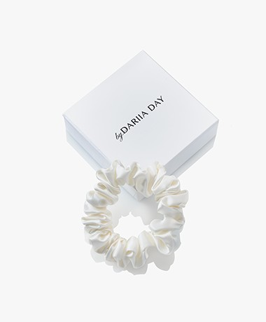 By Dariia Day Mulberry Zijden Scrunchie Small - Powder White