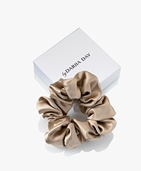 By Dariia Day Mulberry Zijden Scrunchie Medium - French Beige