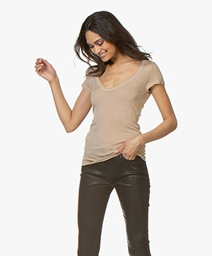 Fine Edge Wolmix V-hals T-shirt - Zand