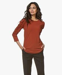 By Malene Birger Crêpe T-shirt met Geplooide Mouwen - Red Clay
