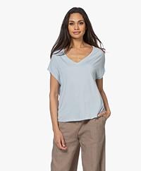 Majestic Filatures Superwashed Viscose V-hals T-shirt - Angel Blue