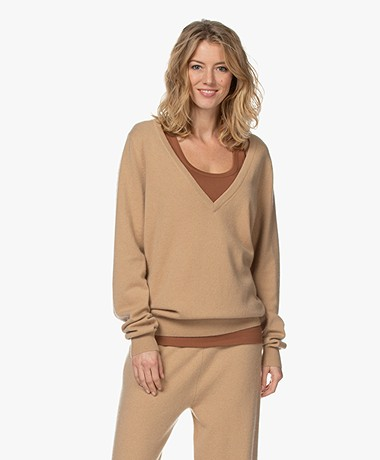 extreme cashmere N°38 Be Low Cashmere V-neck Sweater - Camel