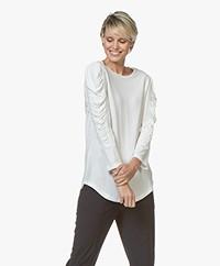 By Malene Birger Crêpe T-shirt met Geplooide Mouwen - Soft White