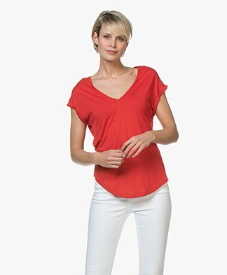 BY-BAR Mila Viscose V-hals T-shirt - salsa