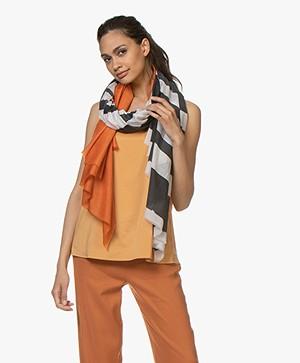 Woman by Earn Aurora Voile Print Sjaal - Zwart/Off-white/Oranje