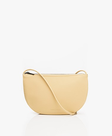 Monk & Anna Farou Half Moon Vegan Cross-Body Tas - Straw