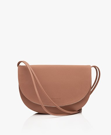Monk & Anna Soma Half Moon Vegan Cross-Body Tas - Chestnut