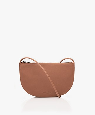 Monk & Anna Farou Half Moon Vegan Cross-Body Tas - Chestnut