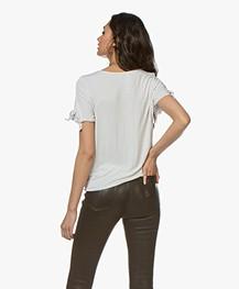 Majestic Filatures Viscose T-shirt met Strikdetails - Greige