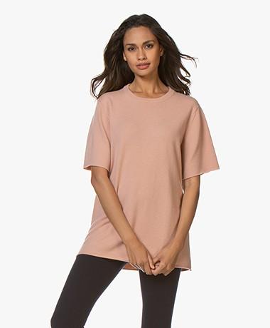 extreme cashmere N°64 Lang Gebreid Cashmere T-shirt - Tea Rose