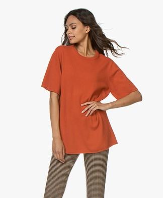 extreme cashmere N°64 Lang Gebreid T-shirt - Donkeroranje