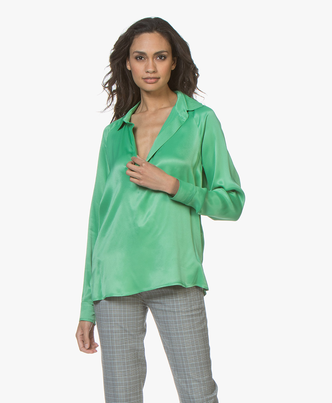 Afbeelding van By Malene Birger Blouse Oliviaa Viscose V hals in Greenbriar