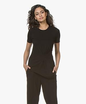 By Malene Birger Kimo Twill T-shirt met Plooidetail - Zwart