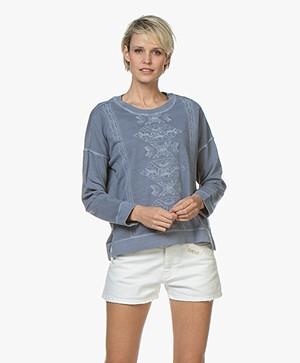 indi & cold Garment Dyed Broderie Sweatshirt - Plomo