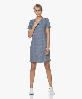 indi & cold Garment Dyed Broderie Sweaterjurk - Plomo