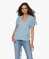 IRO Ponie Lyocell V-hals T-shirt - Summer Blue