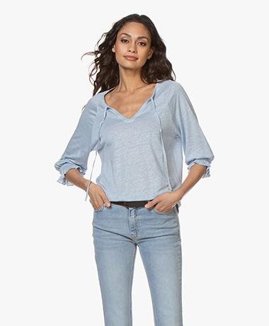 Josephine & Co Blom Linnen Splithals T-shirt - Lichtblauw