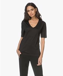 Joseph Losvallend Zijden Jersey V-hals T-shirt - Zwart
