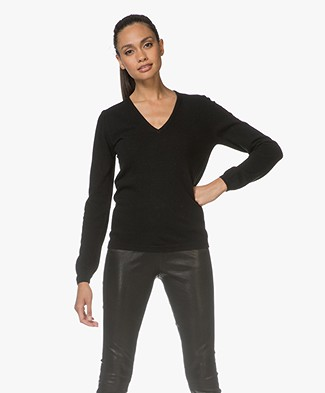 Resort Finest V-neck Pullover - Black
