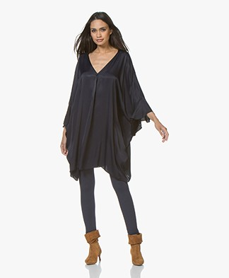 BRAEZ Doris Oversized Jurk in Satijn - Navy