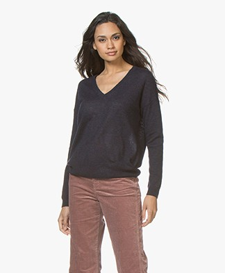 Closed V-neck Sweater in Wool-cashmere Mix - Dark Night