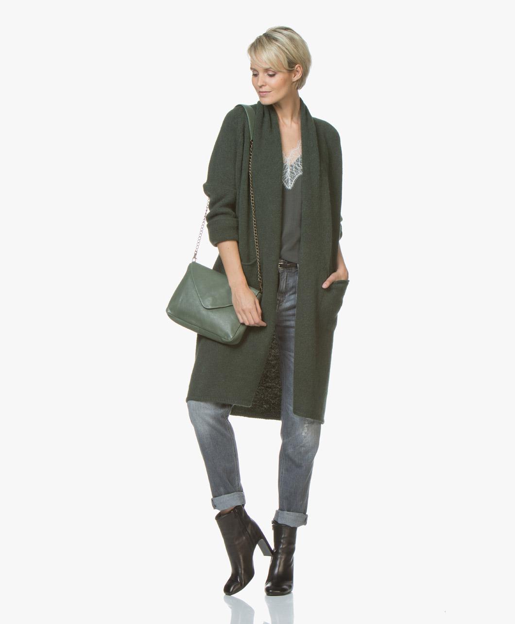 Casual met een spijkerbroek, enkellaarsjes, vestje, en sjaal