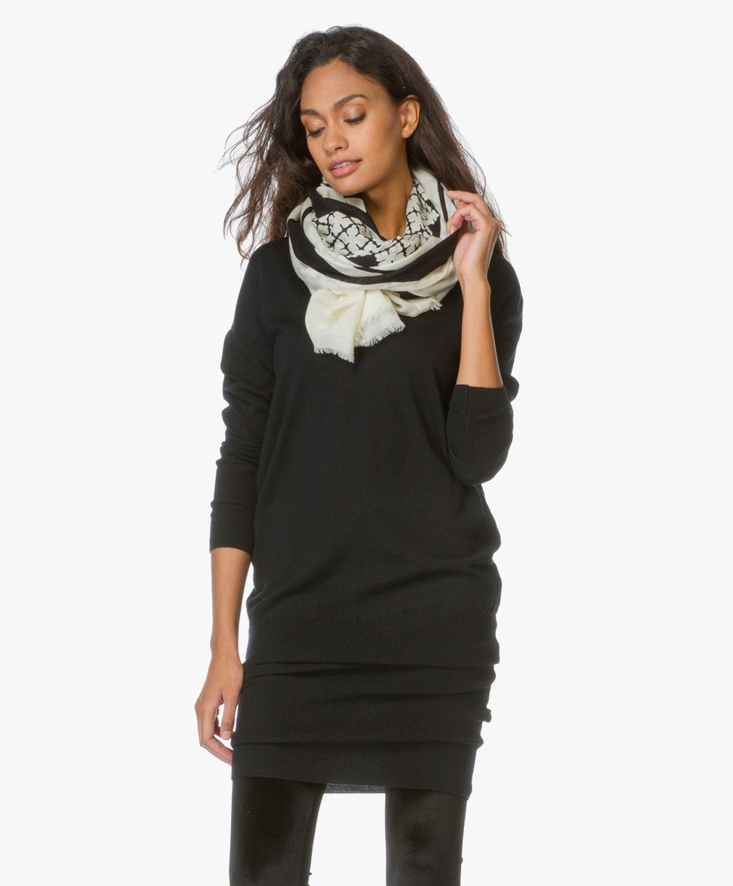 Malene Birger Axelremsväska : By malene birger printed woolen scarf deno ecru black